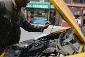 Промоция на акумулатори 3 - мъж ремонтиращ кола