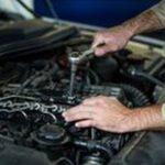 Промоция на акумулатори 7 - мъж ремонтиращ кола